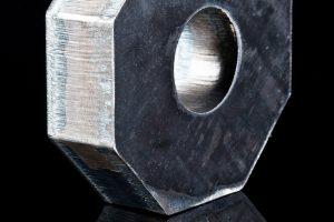 Präzises Laserschneiden von Metall durch Mutter Metalltechnik.