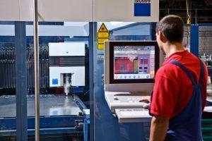 Mitarbeiter im Werk von Mutter Metalltechnik am Trumpf-Laserschneider.